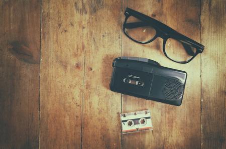 tape recorder: Imagen de la visión superior del concepto de investigación. grabadora de cinta, cassete y gafas. la vendimia se filtró y tonificado Foto de archivo