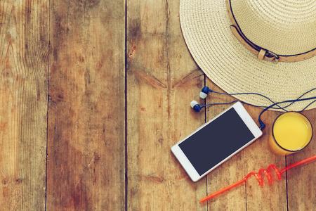 夏帽子、フルーツ カクテル、木製デッキで携帯電話の平面図イメージ