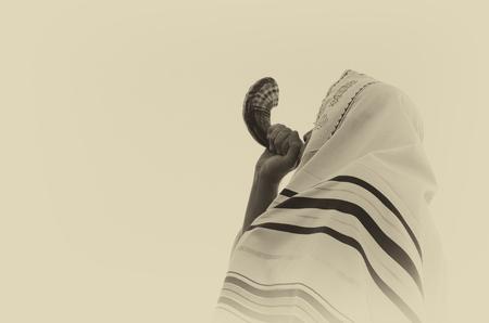 謹賀新年 (新年) のショファル (ホルン) を吹いているユダヤ人。 写真素材