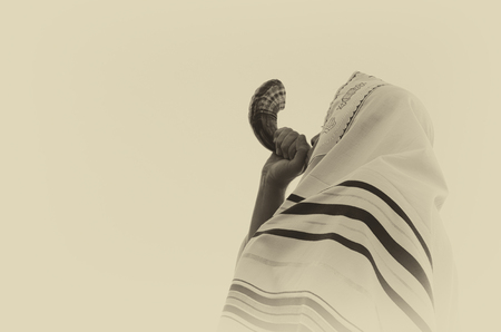 Jüdischen Mann das Schofar (Horn) von Rosch Haschana (Neujahr) bläst. Lizenzfreie Bilder