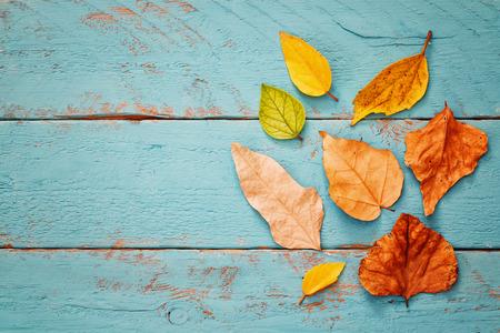 Fondo de otoño con hojas secas en la mesa de madera. Foto de archivo