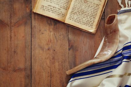기도 목도리 - Tallit과 Shofar (경적) 유대인 종교 상징 스톡 콘텐츠 - 61200835