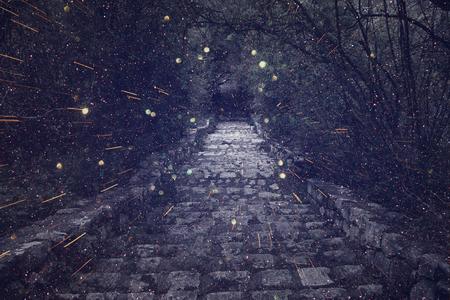 Abstract en mysterieus beeld van oude heks kasteelpoort. Gefilterd foto. glitter overlay