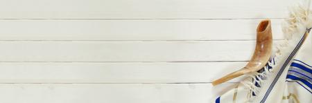 Weiß Gebets-Schal - Tallit und Shofar (Horn). Jüdische religiöse Symbole Lizenzfreie Bilder