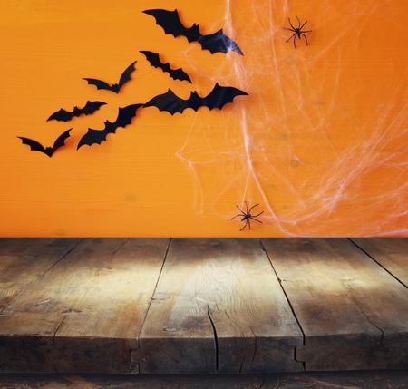 Concepto de vacaciones de Halloween. Vector rústico vacío delante del fondo de la tela de araña. Listo para el montaje de la pantalla del producto