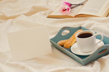 desayuno romantico: romántico desayuno en la cama: las galletas, café caliente, flores y nota en blanco para añadir texto