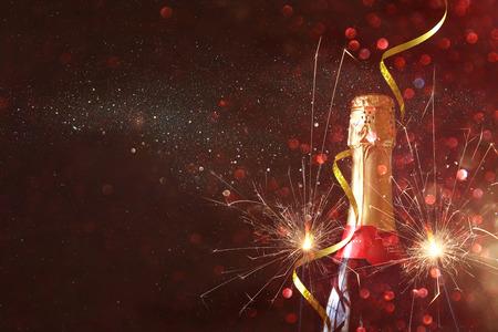fuegos artificiales: Imagen abstracta de la botella de champán y luces festivas. Año Nuevo y concepto de la celebración