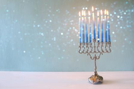 Imagen de fondo de fiesta judío Jánuca con el menorah (candelabro tradicional) y la quema de velas