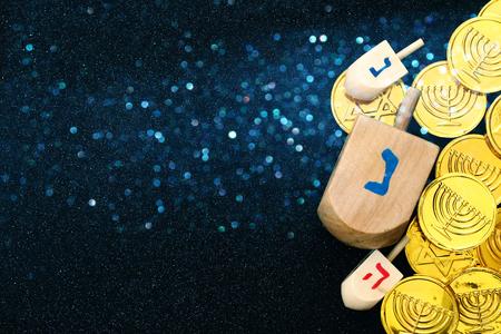 Immagine di festa ebrea di Hanukkah con dreidels di legno colection (trottola) e monete di cioccolato Archivio Fotografico - 65636985