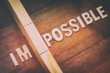 Afbeelding van de muur tussen de letters IM van het woord onmogelijk, dus het staat mogelijk. Retro filter