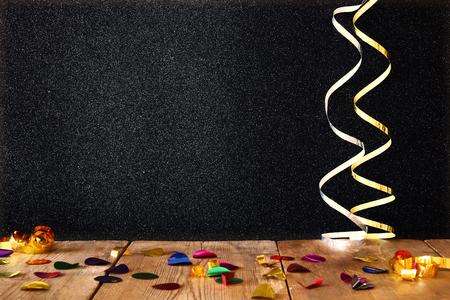 Afbeelding van houten tafel met kleurrijke confetti.