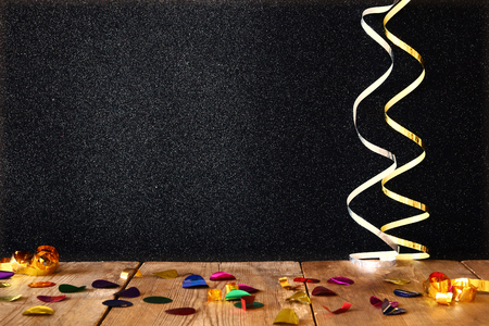 Image of wooden table with colorful confetti. Foto de archivo