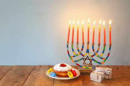 Foto von jüdischen Feiertag Chanukka mit Menorah (traditionelle Candelabra)