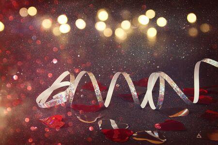 Imagen abstracta de la decoración de la cinta festiva y corazones con el fondo del brillo