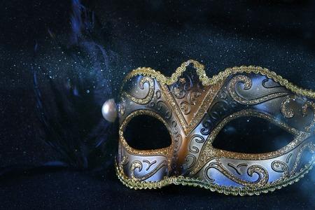 feestelijk: Afbeelding van zwarte elegante Venetiaans masker op glitter achtergrond