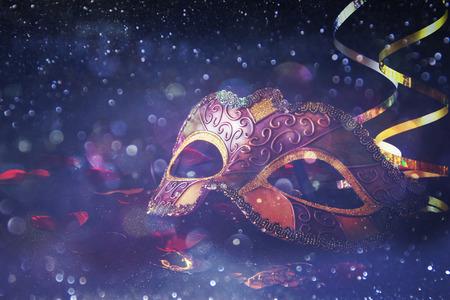 반짝이 배경에 우아한 베네 치안, 마디 그라 마스크의 이미지