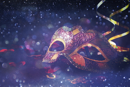 Afbeelding van elegante Venetiaanse, mardi gras masker op glitter achtergrond