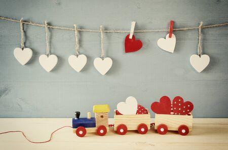 trenino di legno con il cuore sul tavolo. Vintage filtrato Archivio Fotografico