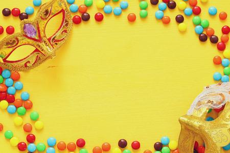 Elegante máscara veneciana sobre fondo amarillo de madera. Foto de archivo - 71645011