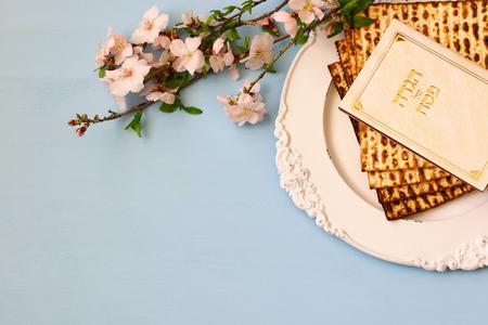 Pesah viering concept (joodse Pesach vakantie). Traditioneel boek met tekst in het Hebreeuws: Pascha Haggadah (Passover Tale) Stockfoto