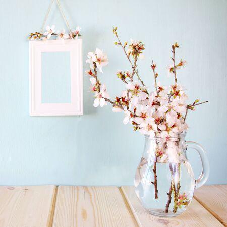fleur de cerisier: printemps fleurs blanches sur table en bois