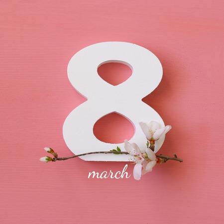 Internationale Frauentag Konzept. Kirschbaum und Datum. Bild Draufsicht Standard-Bild - 71662006