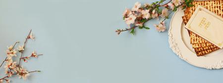 Pesah celebración concepto (judío fiesta de Pascua). libro tradicional con el texto en hebreo: Hagadá de Pesaj (Pascua cuento). formato de página web Foto de archivo - 71665899