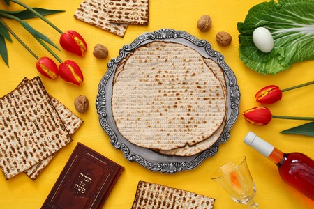 Pesah celebration concept (jewish Passover holiday). Traditional book with text in hebrew: Passover Haggadah (Passover Tale) Standard-Bild