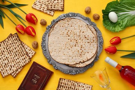 Pesah viering concept (joodse Pesach vakantie). Traditioneel boek met tekst in het Hebreeuws: Pascha Haggadah (Passover Tale)
