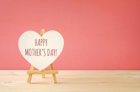 Muttertag Konzept Bild. Board von Herzen Form. Standard-Bild - 72583030