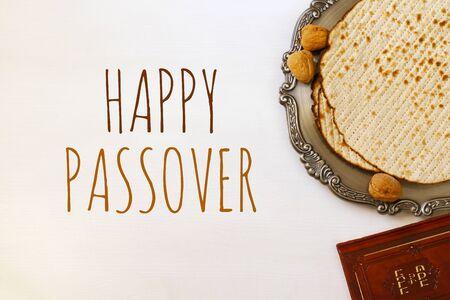 Pesah Feier-Konzept (jüdischen Passah Feiertag). Traditionelles Buch mit Text in hebräisch: PassahfestHaggadah (Passah Tale) Standard-Bild - 72698762