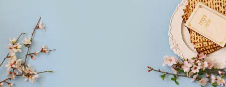 Pesah お祝いの概念 (ユダヤ人の過越祭の休日)。ヘブライ語のテキストと伝統的な本: 過越祭 Haggadah (過越の物語)。ウェブサイトのフォーマット