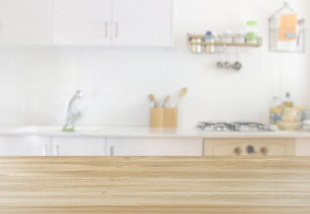 lege bord en defocused moderne keuken achtergrond. product display en picknick concept