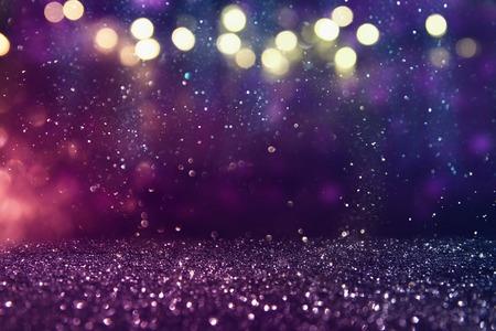 キラキラ ビンテージ ライト背景。ゴールド、紫と黒。逆に焦点を当てた。