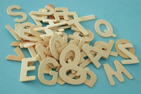 Reeks houten brieven van het Engelse alfabet op houten blauwe achtergrond