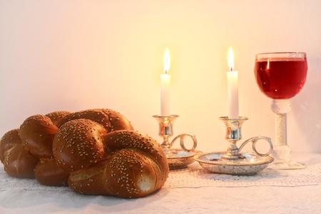 shabat: imagen del shabat jalá de pan, vino de shabat y velas en la mesa de madera