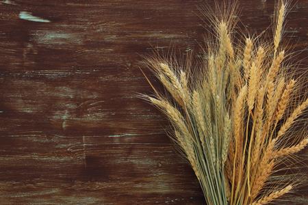 cultivo de trigo: Vista superior de la cosecha de trigo en la mesa de madera. Símbolos de las vacaciones judías - Shavuot