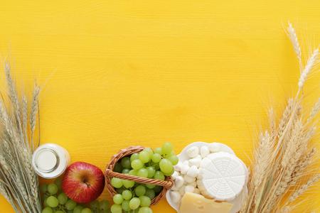 낙농 제품 및 과일 목조 배경에 상위 뷰 이미지. 유태인 휴일의 상징 - Shavuot 스톡 콘텐츠 - 77137156