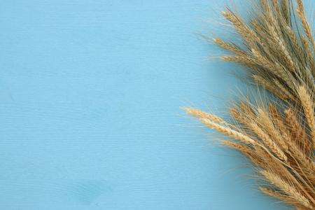cultivo de trigo: top view of wheat crop on wooden table. Symbols of jewish holiday - Shavuot