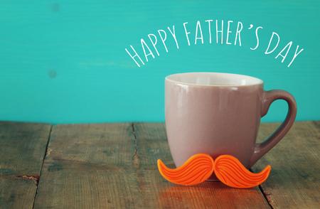 木桌上放着一杯红胡子的咖啡。父亲节概念股票照片