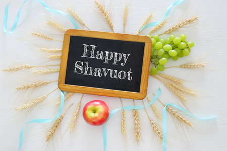 cultivo de trigo: top view of wheat crop and fruits on wooden table. Symbols of jewish holiday - Shavuot