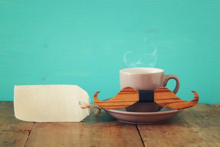 木桌上放着一杯咖啡。父亲节的概念。