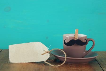 咖啡与髭的在木桌上。父亲节概念股票照片