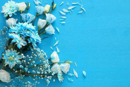 Hoogste mening van mooie en gevoelige blauwe bloemenregeling op houten achtergrond. Kopieer de ruimte