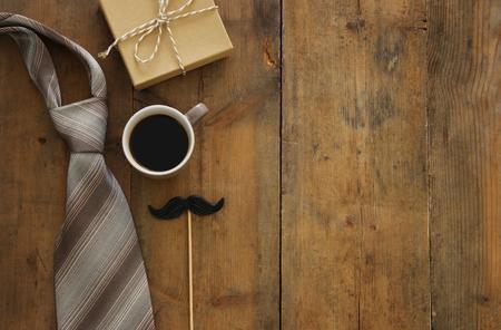 顶视图图像的礼盒,领带和咖啡杯。父亲节概念