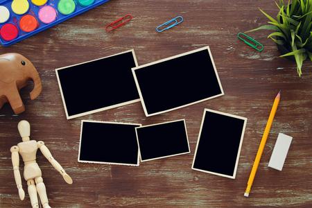 Hoogste mening van de leveringsachtergrond van de kunstenaarskunst naast de lege collage van fotoframes. Ruimte kopiëren Stockfoto - 80921220