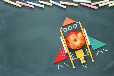 concept d'imagination, de créativité et d'éducation. Retour à l'école. Croquis d'objets et d'informations sur le tableau noir Banque d'images