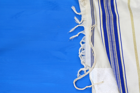 Bianco scialle di preghiera - Tallit, simbolo religioso ebraico Archivio Fotografico - 82697956