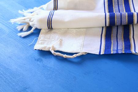 La oración mantón blanco - Talit, símbolo religioso judío Foto de archivo - 82697959