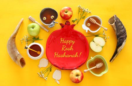 Rosh Hashaná (Año Nuevo día de fiesta judío) concepto. símbolos tradicionales. Foto de archivo - 82697965